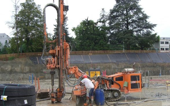 Drilling to install a geothermal probe